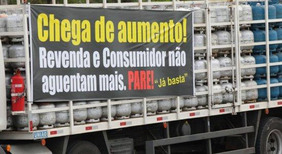 Revendedores de gás de cozinha protestam contra aumentos de preços na BR-101, em Jaboatão