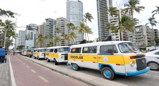 Condutores de transporte escolar fazem protesto na Orla de Boa Viagem
