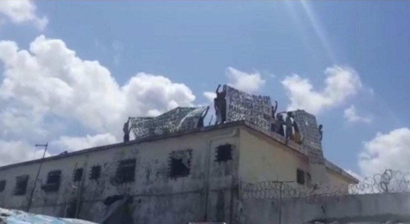 Durante a ação, os reeducandos subiram ao telhado da unidade com faixas cobrando o cumprimento de lei