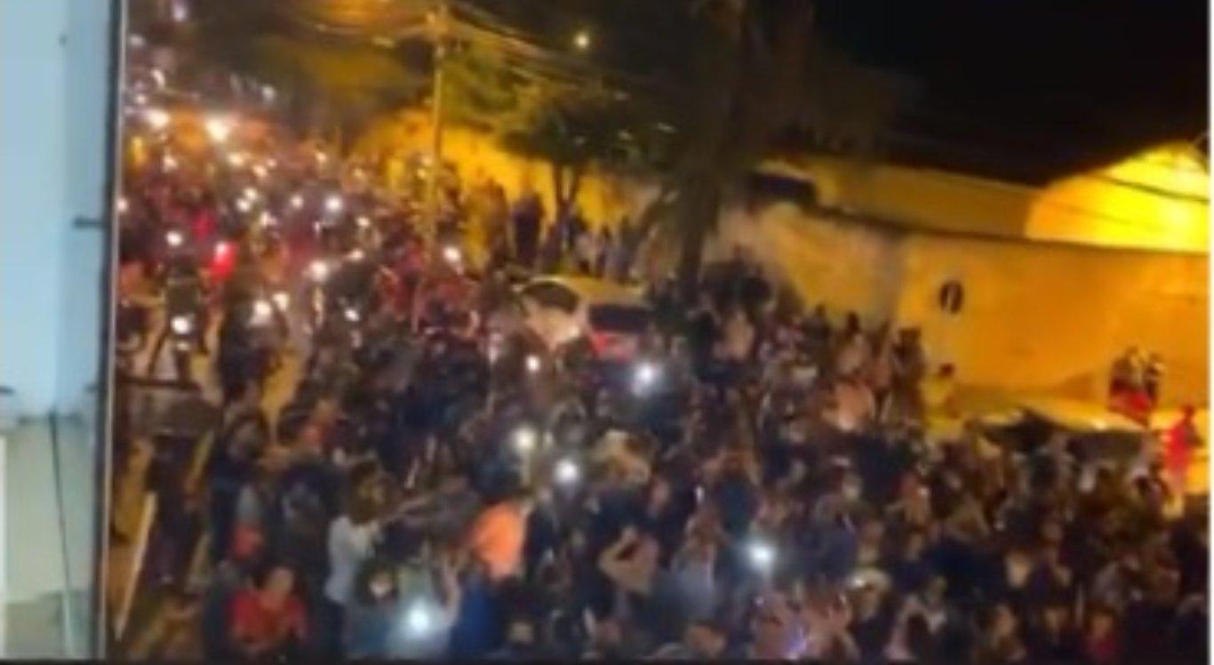 Apoiadores se reúnem para receber Thiago Nunes após soltura