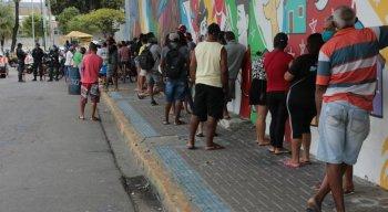 Longa fila na agência da Caixa Econômica Federal no Aeroporto do Recife para saque do auxílio emergencial
