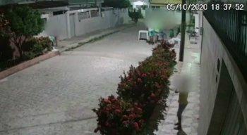 Câmeras de segurança registraram o assalto enquanto as crianças brincavam em Olinda