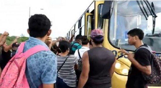 Moradores voltam a protestar por segurança e transporte na Muribeca