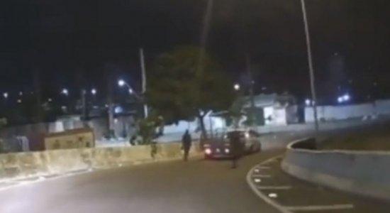Motorista flagra dois homens roubando veículo e consegue fugir no Viaduto Capitão Temudo, no Recife
