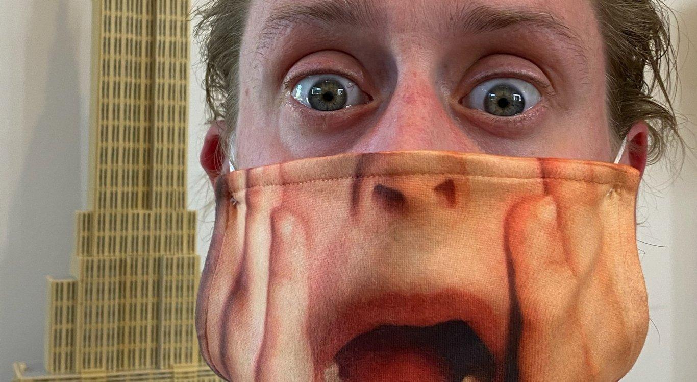 Macaulay Culkin usa máscara com estampa de 'Esqueceram de Mim'