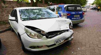 Durante a perseguição os assaltantes bateram com o carro da vítima.