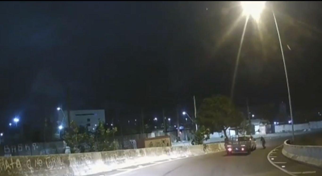 Ao perceber a investida a outro automóvel, o motorista voltou em marcha à ré pela mesma alça de acesso