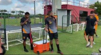 Jogadores contratados participam de treinamento