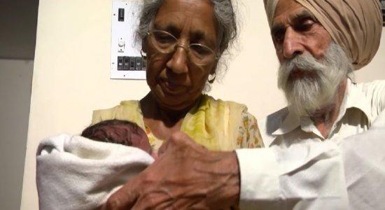 Casal segura o filho nos braços