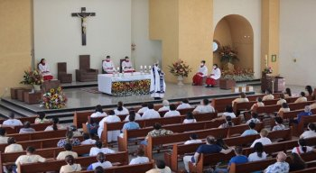Quem não conseguiu garantir uma vaga no templo religioso, pode acompanhar as missas, que estão sendo transmitidas pelas redes sociais da igreja.
