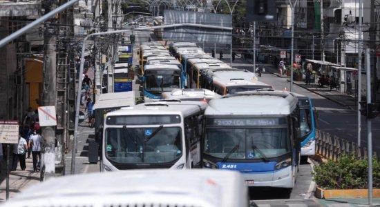 Rodoviários voltam a protestar e paralisam ônibus no Centro do Recife