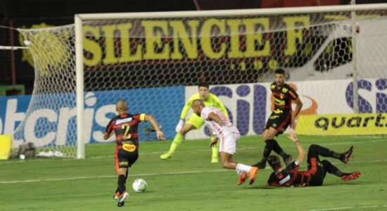 """Com direito a """"lei do ex"""", Sport sofre cinco gols e perde para Internacional pelo Brasileirão"""