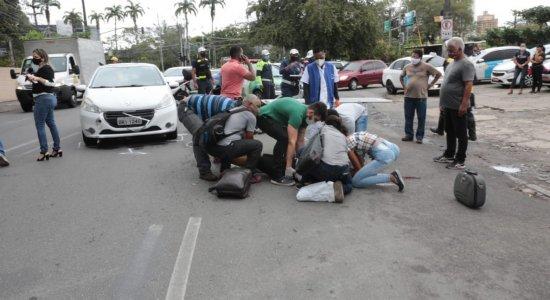 Colisão entre carro e moto deixa mulher ferida próximo ao HR