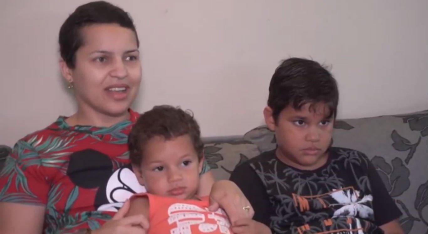 Juliana Vila Nova e os filhos pequenos