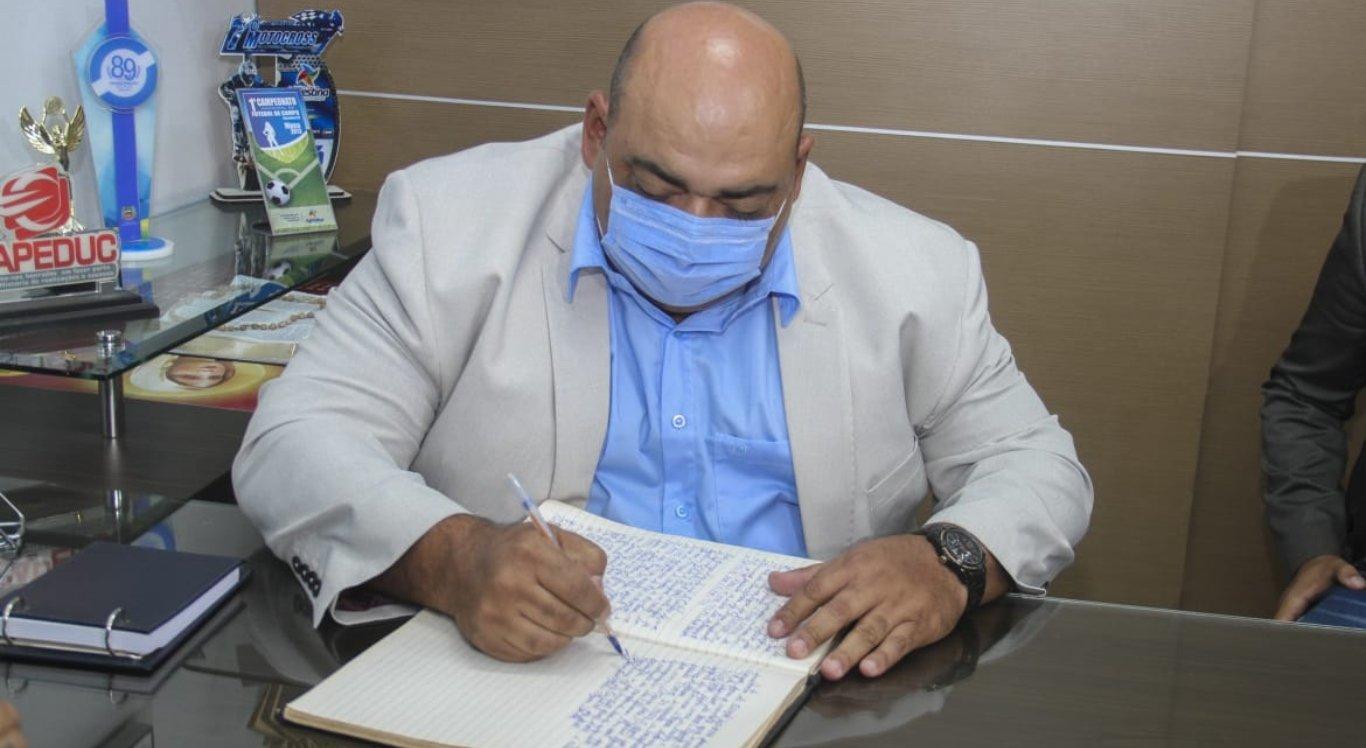 Vereadores de Agrestina elegem Adilson Tavares para prefeito do município