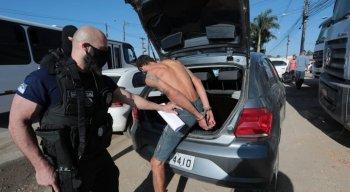 Além dos mandados de prisão, foram cumpridos dez mandados de busca e apreensão domiciliar