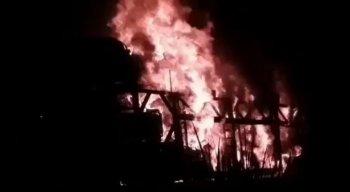 As chamas do incêndio em Goiana atingiram vários veículos que estavam no pátio