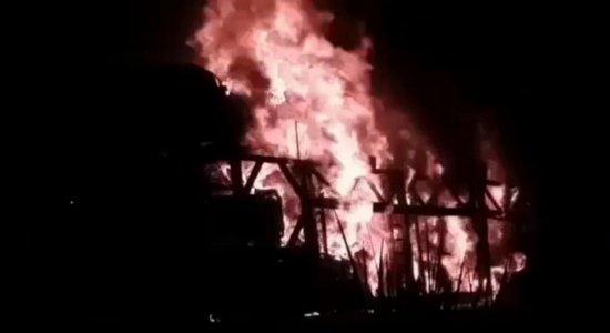 Veja as imagens do incêndio que destruiu caminhões, carros e ônibus em Goiana