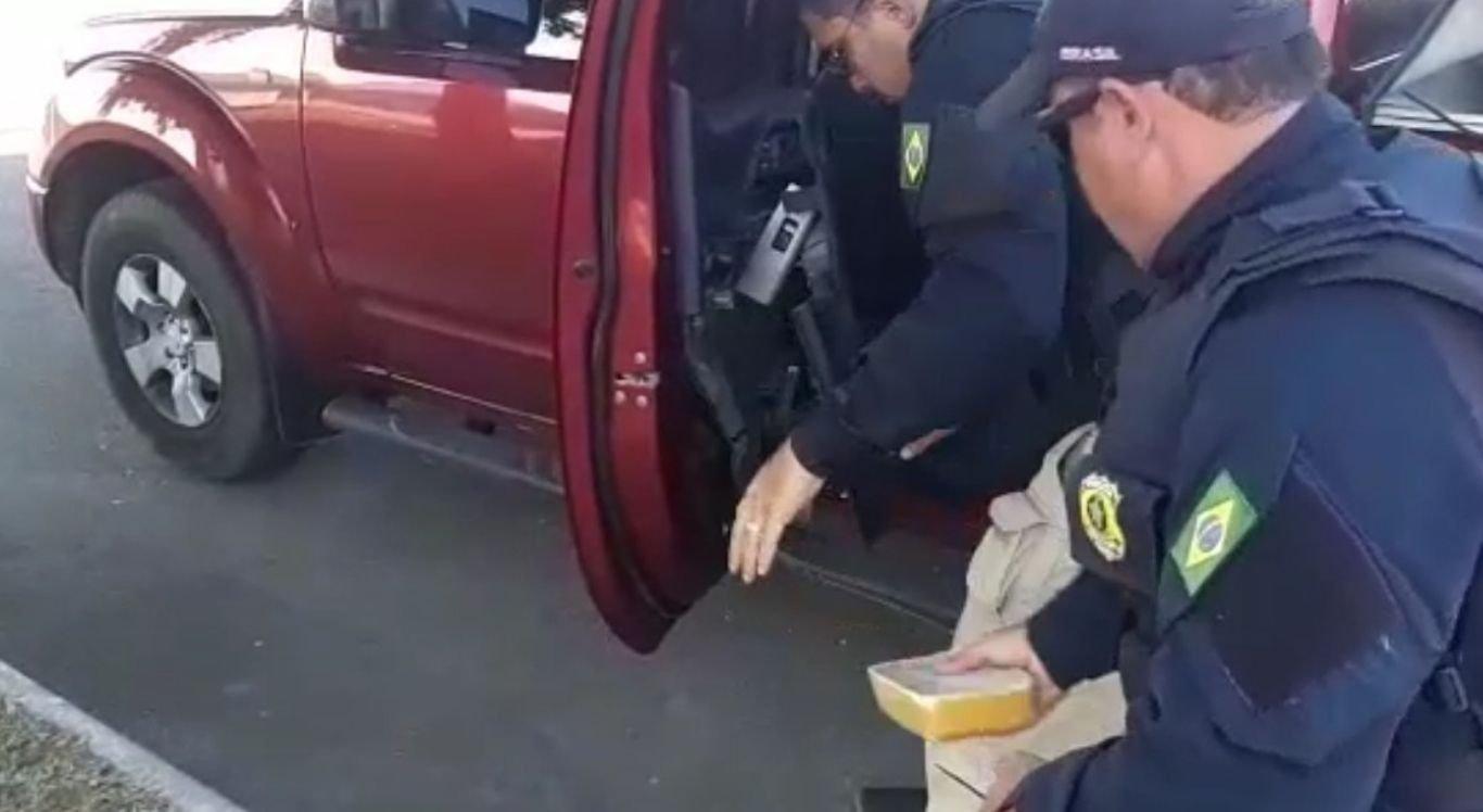 As drogas estavam sendo transportadas dentro das portas e na tampa da carroceria de uma caminhonete