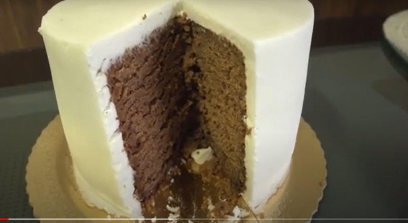 Na região Nordeste, o bolo tem a tradição de ser confeccionado com massa preta, ameixa, goiabada, vinho e frutas cristalizadas