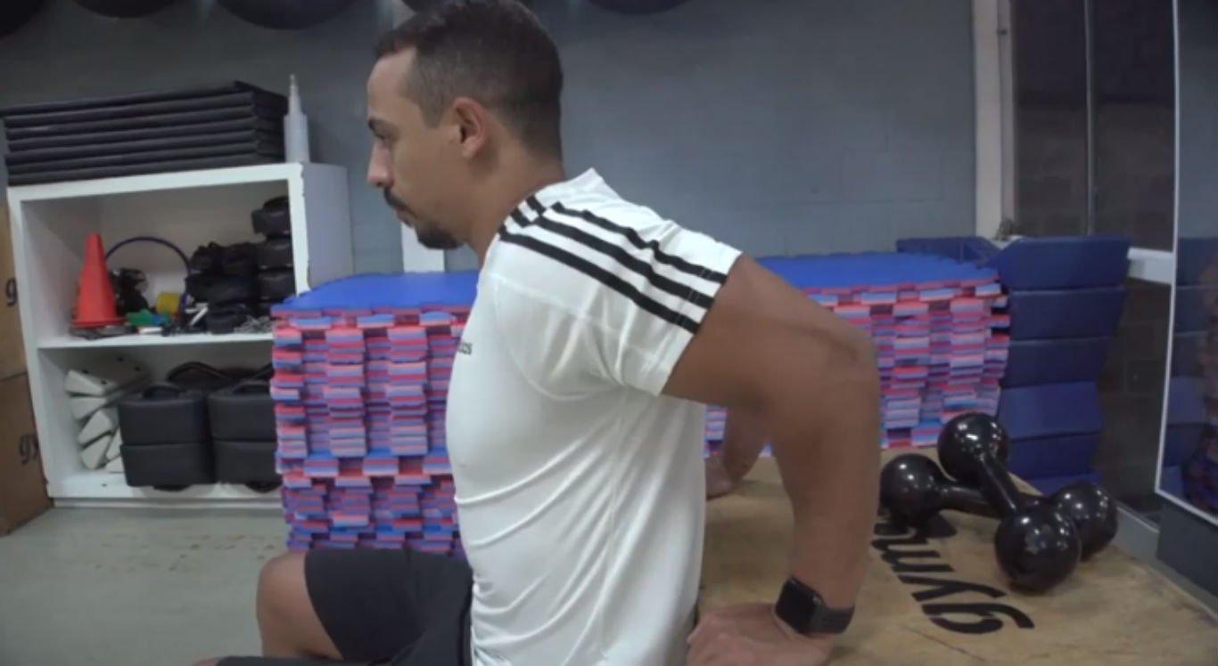 Educador físico mostra como fazer exercícios para os tríceps