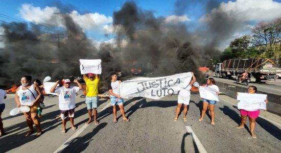 Família e amigos protestam por morte de adolescente durante ação policial