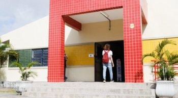Estudantes do 3º ano do ensino médio da rede estadual voltam às escolas