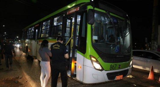 Mulher de 57 anos morre esmagada por ônibus em Olinda; neta da vítima é socorrida