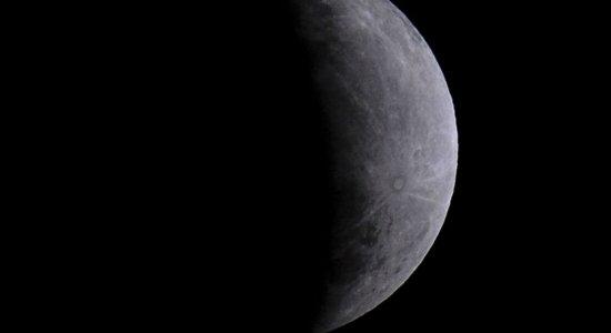 Água foi descoberta na superfície iluminada da Lua