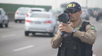 Polícia Rodoviária Federal realizando fiscalização