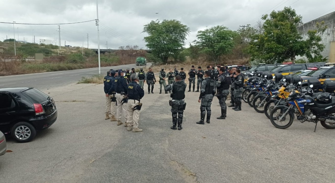 Polícia faz operação para reforçar a segurança na BR-104, em Caruaru