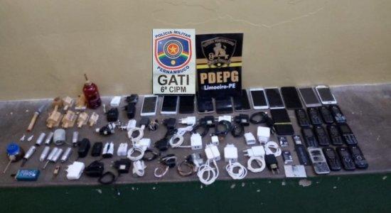 Aparelhos eletrônicos, drogas e arma artesanal são apreendidos durante revista na Penitenciária de Limoeiro