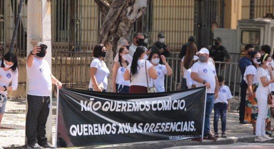Professores e pais de alunos de escolas particulares protestam pela volta das aulas presenciais no Recife