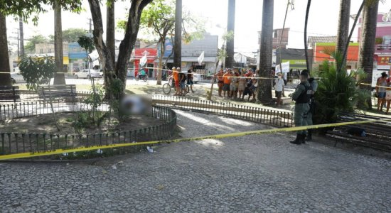 Mulher é morta com dois tiros na cabeça em praça movimentada no Recife