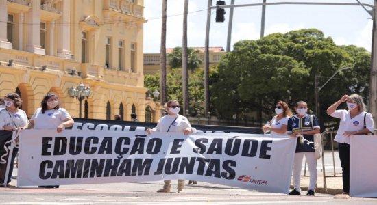 Profissionais e responsáveis por alunos de escolas particulares realizam protesto pela volta às aulas no Recife