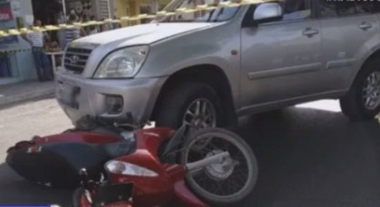 Carro colidiu com moto em Santa Cruz