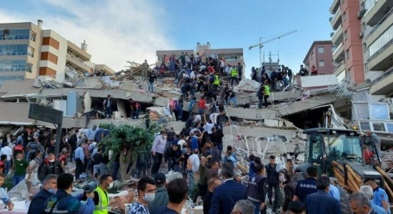 Sobe para 26 total de mortos por terremoto na Turquia e Grécia