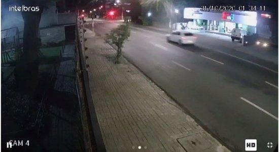 Vídeo: casal de idosos fica ferido em colisão de veículos no Recife
