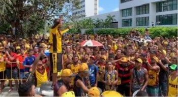 Integrantes da Torcida Jovem se aglomeram antes da partida do Sport x Athletico-PR