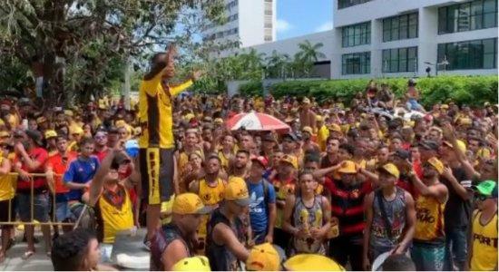 Torcida organizada provoca aglomeração na Ilha do Retiro antes do jogo entre Sport x Athletico-PR