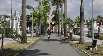 Cemitério de Santo Amaro, no Recife, tem movimento menor de pessoas no Dia de Finados deste ano