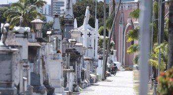 Baixa movimentação de visitantes no Dia de Finados no cemitério de Santo Amaro, no Recife