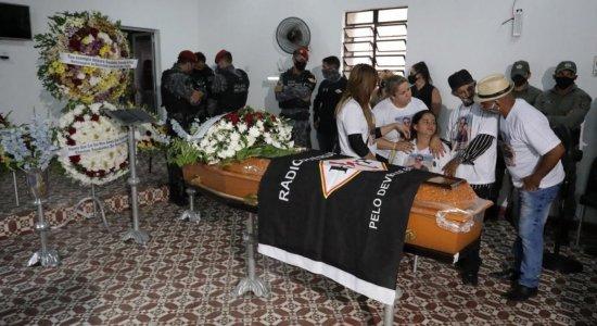 Policial militar encontrado morto dentro de carro é sepultado em Vitória de Santo Antão