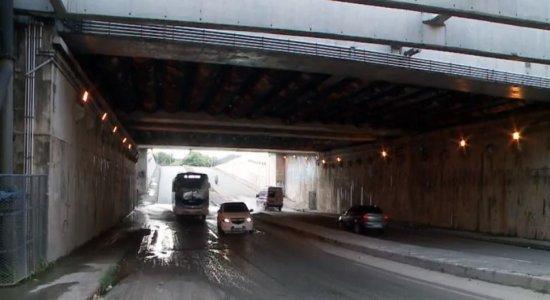 Motoristas que precisam passar pelo túnel Felipe Camarão, no Jordão, reclamam de problemas antigos e sem solução