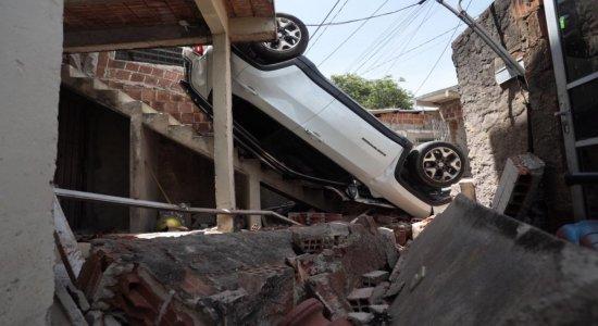 Carro capota e cai em terraço de residência no Ibura, no Recife
