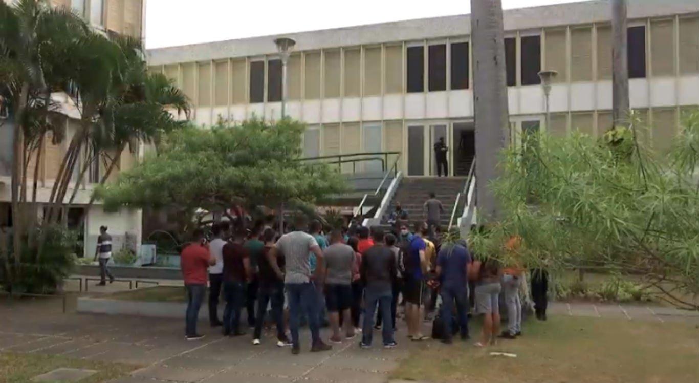 Guardas municipais foram até a prefeitura de Caruaru