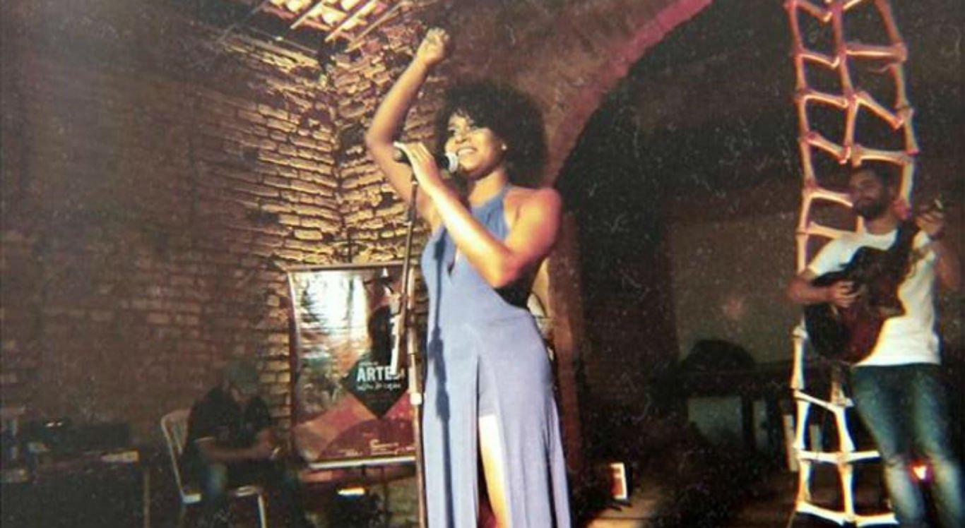 Cantora Maéve Oliveira durante apresentação