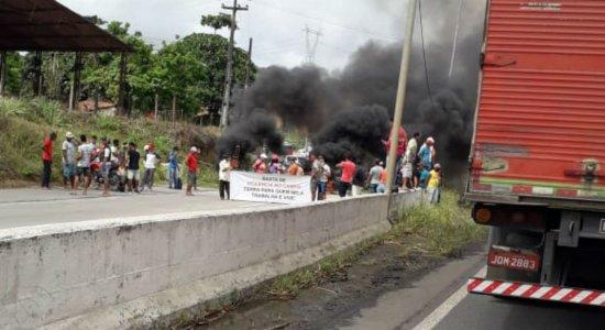 Protesto acontece na BR-101, em Palmares