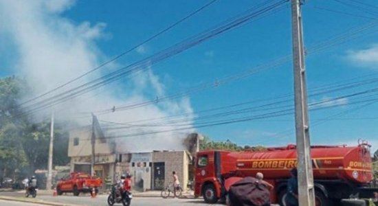 Incêndio atinge casas e estabelecimentos comerciais na Zona Sul