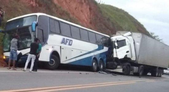 O coletivo saiu da cidade de São Paulo com destino até Águas Belas, no Agreste de Pernambuco, quando uma carreta acabou o atingindo na parte traseira